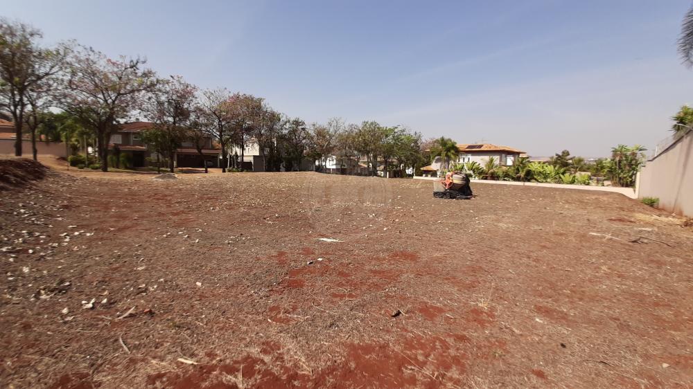 Terreno à venda em condomínio fechado de alto padrão.