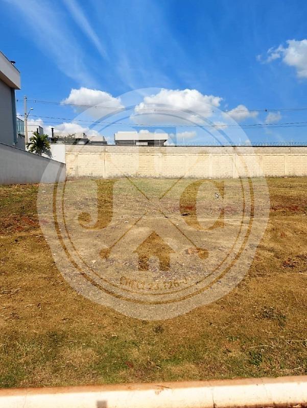 Terreno em condomínio fechado no Vila do Golf à venda.