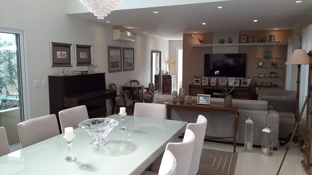 Casa sobrado alto padrão estilo neo clássico com quatro suítes.